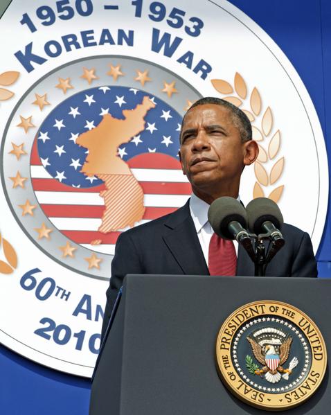 """美国华府,总统奥巴马出席朝鲜战争停战60周年的纪念活动。在演说中他提到,韩国在朝鲜战争中取得了决定性的胜利,因为韩国人过着""""与朝鲜人的贫困、被压迫形成鲜明对比""""的生活。与此同时可笑的是在平壤,金日成的大胖孙子也宣称7月27日为""""胜利日""""。(Ron Sachs-Pool/Getty Images)"""