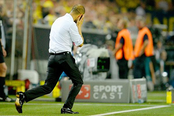 2013年德国超级杯赛,场边指挥的瓜帅难掩沮丧。比赛最终拜仁2-4负于多特蒙德。新赛季首场正式比赛落败,且痛失争夺六冠王的机会,使得刚接手这支三冠王球队的主教练瓜迪奥拉肩负更重的压力。(Dennis Grombkowski/Bongarts/Getty Images)