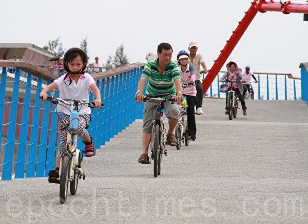 单车骑士奔驰在高底起伏的景观桥上。(摄影:许享富 /大纪元)