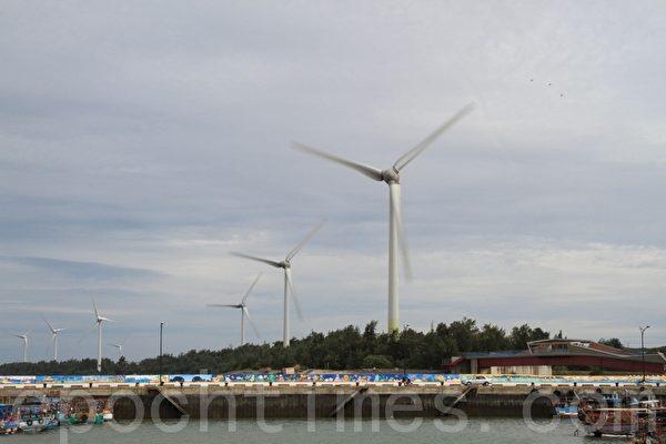 发电风车挺拔矗立,在万里晴空下非常耀眼。(摄影:许享富 /大纪元)