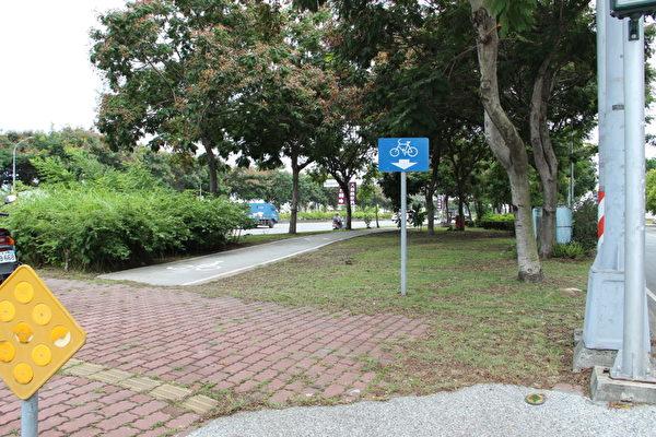 博爱路自行车道:来回约2.6公里,衔接世贤路自行车道及嘉油铁马道,设置于博爱路快慢分隔岛上,沿线绿树成荫,终点靠近北回归线太阳馆。(摄影:李撷璎/大纪元)