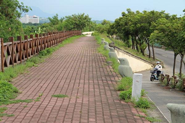 八掌溪北岸自行车道:从军辉桥至永钦桥八掌溪堤防长约2.3公里。其中即建有自行车道,是属于适合各项运动的场所。(摄影:李撷璎/大纪元)