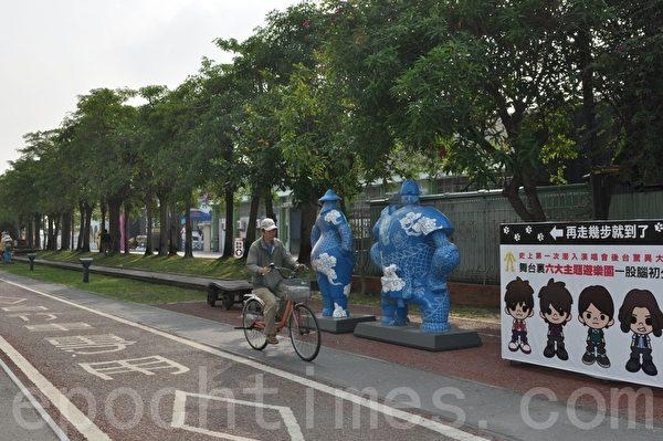 骑车走访驳二特区,可以观赏感受众多现代设计与创意能量。(李晴玳/大纪元)