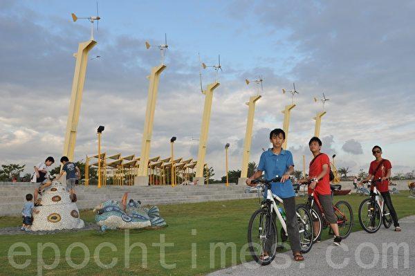 旗津风车公园,自行车年少骑士结伴踩风。(李晴玳/大纪元)