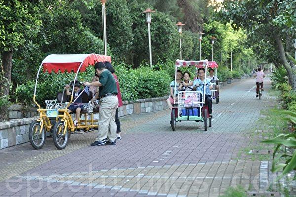 在旗津踩风大道上,亲子全家福脚踏车悠然前行。(李晴玳/大纪元)