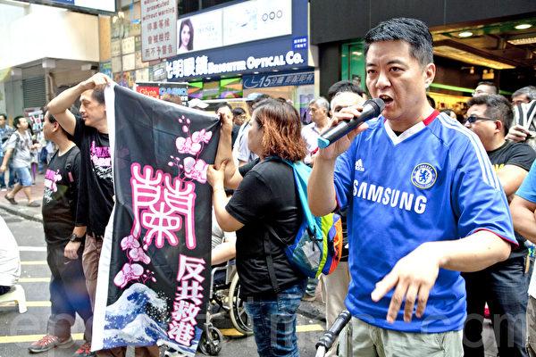有市民自發到旺角街頭支持正義敢言的林慧思老師。(攝影:余鋼/大紀元)