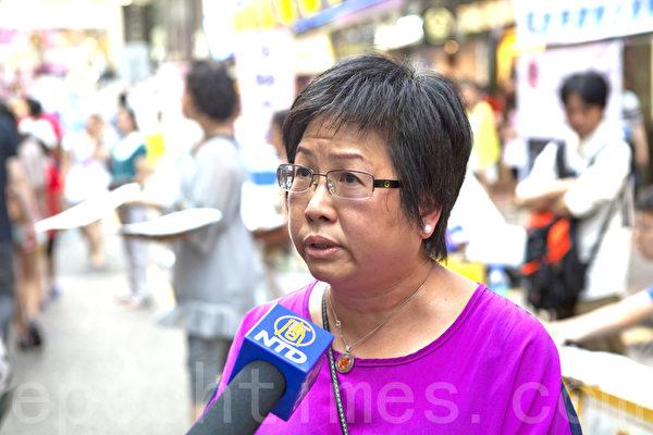 法輪功學員接受新唐人電視台採訪,支持正義敢言的林慧思老師。(攝影:余鋼/大紀元)