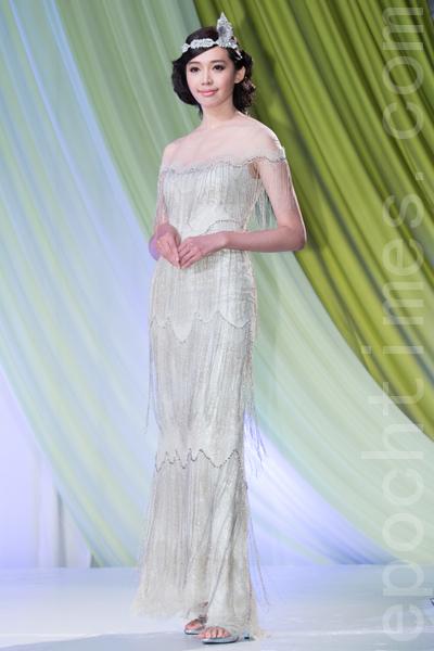 名模王心恬示范缀满珠饰的晚礼服,摇曳生姿。(陈柏州/大纪元)