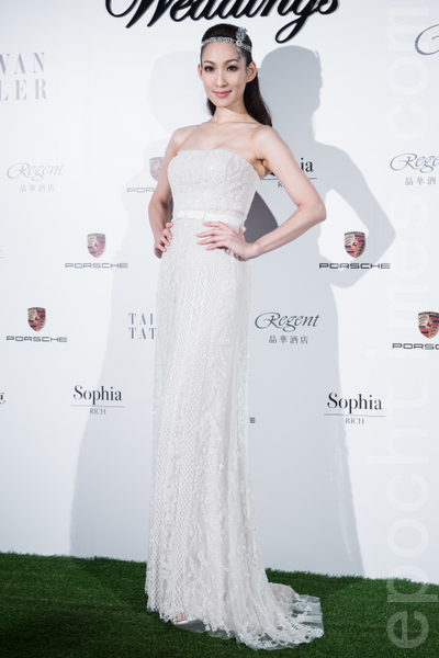 名模李晓涵穿着平口抹胸设计的合身婚纱,优雅秀丽。(陈柏州/大纪元)