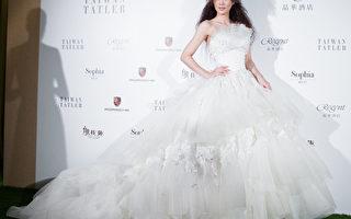 华丽浪漫的立裁蓬裙和多层裙托,让新娘每走一步便荡漾出波波法式复古风情。(陈柏州/大纪元)