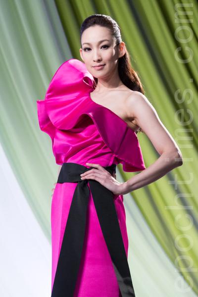 饱和桃红色礼服搭配夸张的巧思,即使是单纯的长窄裙也有丰富律动感。(陈柏州/大纪元)