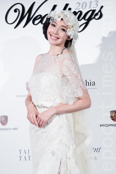 细致的蕾丝、手工缝制的水钻亮片和包头头纱,宛如古董般的婚纱。(陈柏州/大纪元)