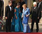德国总理默克尔(右二)出席瓦格纳歌剧节开幕式时穿了一套蓝色裙装,由于她很少穿裙子,德国媒体争相报导。 (Andreas Rentz/Getty Images)