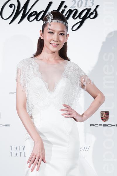 高档绸缎制成的V领婚纱,流露女人锁骨和肩线的美丽。(陈柏州/大纪元)