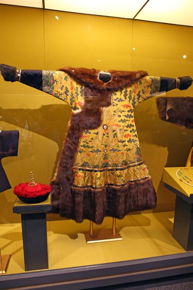 康熙大帝冬季朝服-明黄色彩云金龙纹妆花缎天马皮镶貂皮边朝袍,是皇帝朝服中的上乘之作。珍贵之处在于其内里是选用白狐掖下毛编织而成。( 摄影:潘在殊/大纪元)