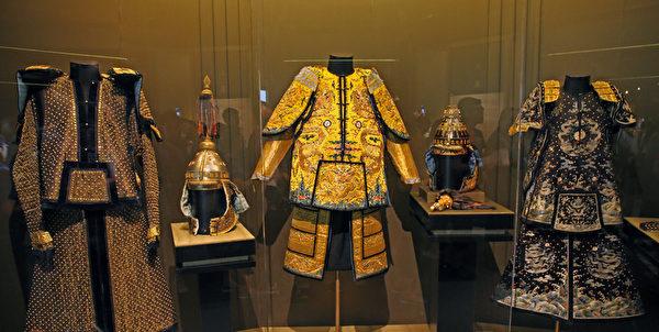 康熙大帝三套威武的戎装,用以检阅八旗军队,黄色缎绣、石青色缎绣和整件都绣满了万字符的织金缎万字纹铜钉棉甲。( 摄影:潘在殊/大纪元)