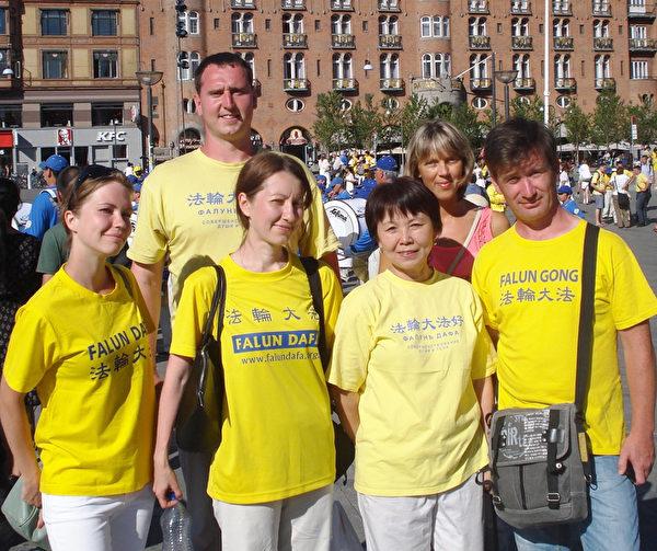 亚力山大(后排男士)和其他来自俄罗斯的法轮功学员在丹麦议会大厦广场上