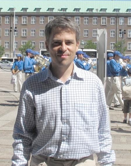 刚刚参加了国会广场大炼功的捷克法轮功学员乔治