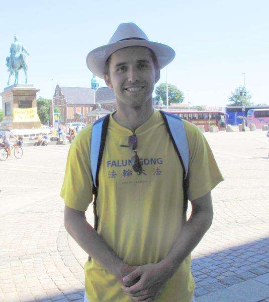刚刚参加了国会广场大炼功的奥地利法轮功学员曼多哲
