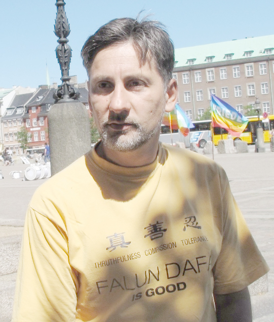来自塞尔维亚的德扬(Dejan)正准备参加哥本哈根法轮功反迫害大游行