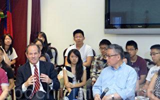 7月30日竞选市主计长的前州长思必策(前排左一)到唐人街联成公所拜票。(摄影:蔡溶/大纪元)
