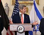 在以色列代表李夫尼(左)与巴勒斯坦代表艾拉卡特(右)的陪同下,美国国务卿凯瑞(中)30日宣布,以巴将在两周内举行下一轮和平会谈。(Win McNamee/Getty Images)
