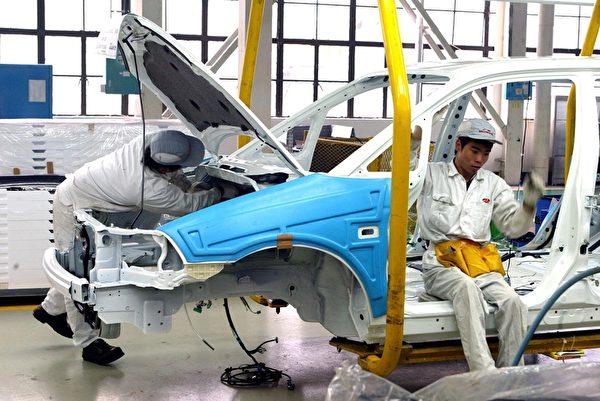 自去年中日钓鱼岛问题爆发以来,以日系汽车为主的广州汽车产业产值受到很大影响呈现明显下降。图为广州一家汽车组装工厂。(Peter PARKS/AFP)