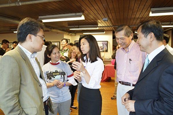 波士顿不分区市议员候选人吴弭(Michelle Wu)与嘉宾对谈。(张劭聿提供)
