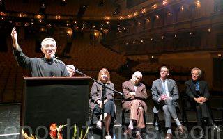 """云门舞集创始人林怀民在芝加哥大剧院,为明年三月将在此上演的""""流浪者之歌""""做宣传。(摄影:唐明镜/大纪元)"""