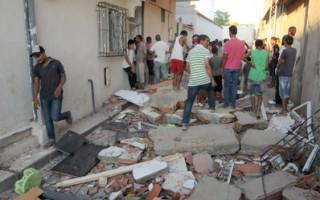 突尼西亚首都突尼斯在2013年8月2日,连续遭遇3枚炸弹威胁。图为其中一枚发生在Jedeida的自杀炸弹攻击现场。(SALAH HABIBI/AFP/Getty Images)