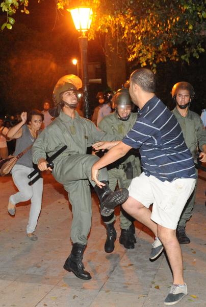 2013年8月3日,摩洛哥民众抗议国王特赦1名恋童癖的西班牙男性,示威群众与警方爆发冲突。(FADEL SENNA / AFP)