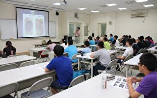 由財團法人李昌鈺博士物證科學教育基金會贊助的「中學神探科學營」,由指導老師進行指紋比對的講解。(嘉義市政府提供)