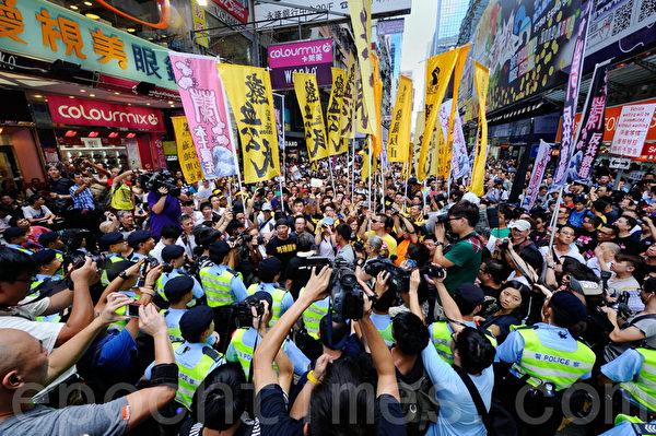 包括人民力量、熱血公民和網民組織等五個民間團體,8月4日在香港旺角行人專用區集會,支持為法輪功仗義直言而被中共勢力抹黑的林慧思老師,被大批警察用鐵馬阻攔。(宋祥龍/大紀元)