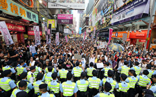 視頻:近萬港人湧上街頭撐為法輪功仗義直言的林老師
