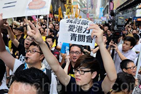 香港市民逼爆旺角,支持为法轮功仗义直言而被中共势力抹黑的林慧思老师,不少人都高举纸牌要亲共组织青关会、爱港力滚出香港。(宋祥龙/大纪元)