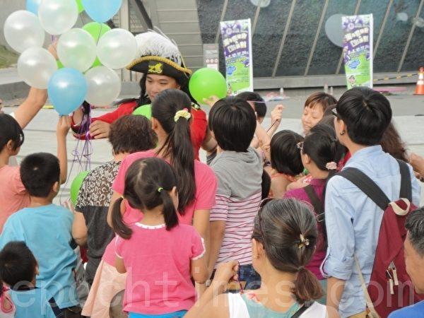 「杜奇船長」將氣球發送給小朋友。(陳秀媛/大紀元)