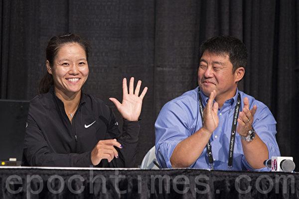 李娜(左)於8月3日在加拿 大羅渣士盃(Rogers Cup)抽籤活動上向球迷打招呼。(攝影:Evan Ning/大紀元)