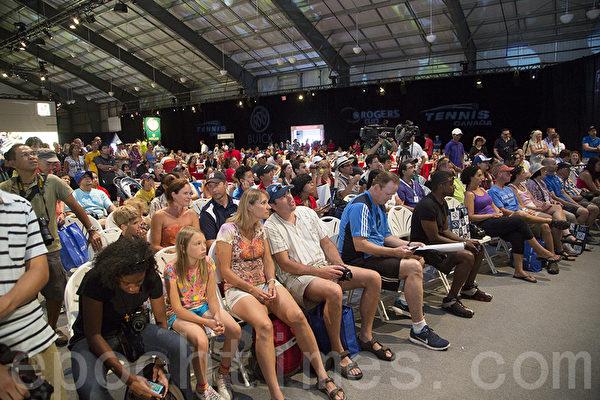 李娜抽籤時,數百位粉絲8月3日在多 倫多Rexall體育館 外圍觀。 (攝影:Evan Ning/大紀元)