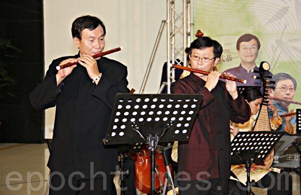 香港朱文昌(右1)及台湾吕武恭(左1)两位竹笛大师在记者会中演奏。(苗县府/提供)