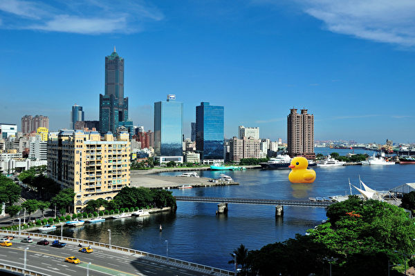 擁有超高人氣的黃色小鴨9月將游到港都,圖為合成圖。(高雄市政府新聞局提供)
