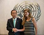 美国新任驻联合国大使鲍尔(右),5日向联合国秘书长潘基文(左)递交到任国书。(Andrew Burton/Getty Images)