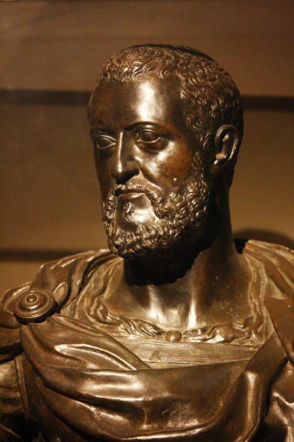 BACCIO BANDINELLI所作的科西莫一世(1519-1574)青铜胸像,收藏于碧堤宫。(章乐/大纪元)