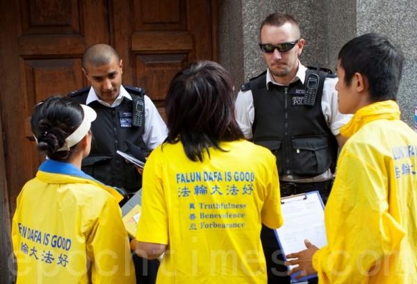 警察向法輪功學員瞭解情況。(攝影:冠齊/大紀元)