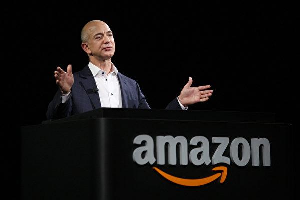 美國億萬富翁、著名投資家沃倫.巴菲特稱亞馬遜創始人貝索斯是美國「最能幹的CEO」。 (David McNew/Getty Images)