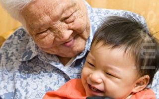 父母可以大方表达对祖父母辈的爱意,让孙子女有良好的互动典范。(孙湘诒/大纪元)