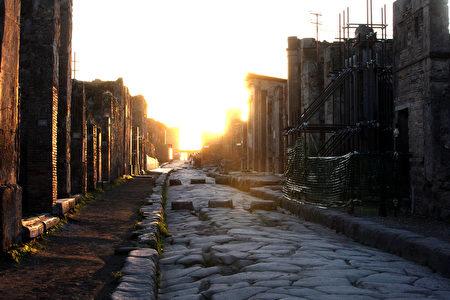 庞贝城的石板路(图/Franco Origlia/Getty Images)