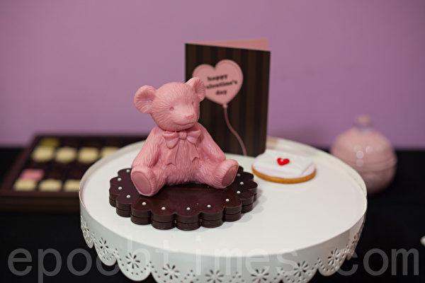 巧巧话手工制作的草莓巧克力泰迪熊。(庄孟翰/大纪元)
