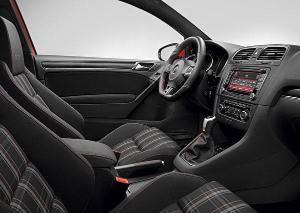 福斯一贯的车室及仪表板风格。(图:太古标达汽车提供)