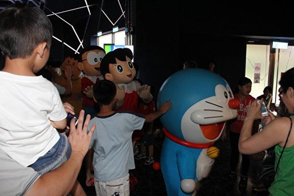 哆啦A梦一现身活动会场,立刻引爆超人气,大家纷纷拿起相机想要跟他合影。(图/蜜蜂工房提供)