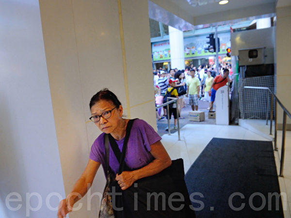 11日下午旺角一名老妇趁派发员工离开时,偷取一大叠报纸,并赶紧逃跑。(宋祥龙/大纪元)